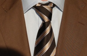 Niebieska koszula i brązowy garnitur