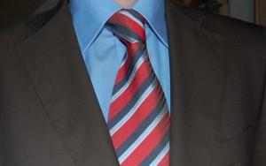 Koszula niebieska, krawat w czerwone paski ze sklepu menswear.pl