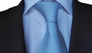 Jasnoniebieski krawat plus koszula w delikatne prążki bordo