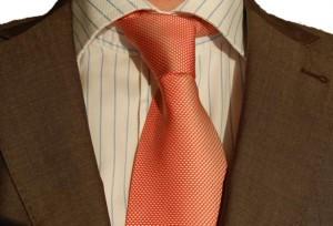 Biala koszula w paski niebieskie i krawat jasnoczerwony ze sklepu menswear.pl