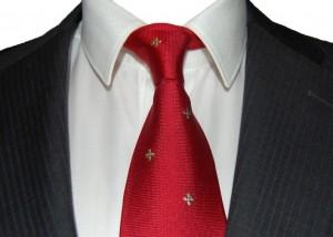 Grafitowy garnitur i czerwony krawat do białej koszuli