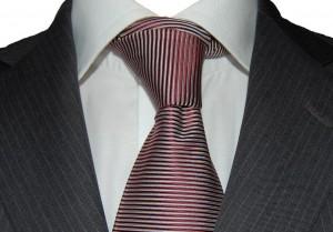 Krawat jedwabny delikatny fiolet oraz biała koszula ze sklepu menswear.pl